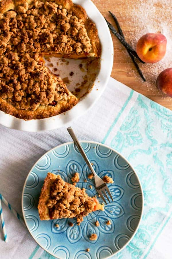 This homemade peach pie with crumb topping recipe is perfect for summer! The filling is made with fresh peaches and the topping with almond cookie crumbles - so easy!