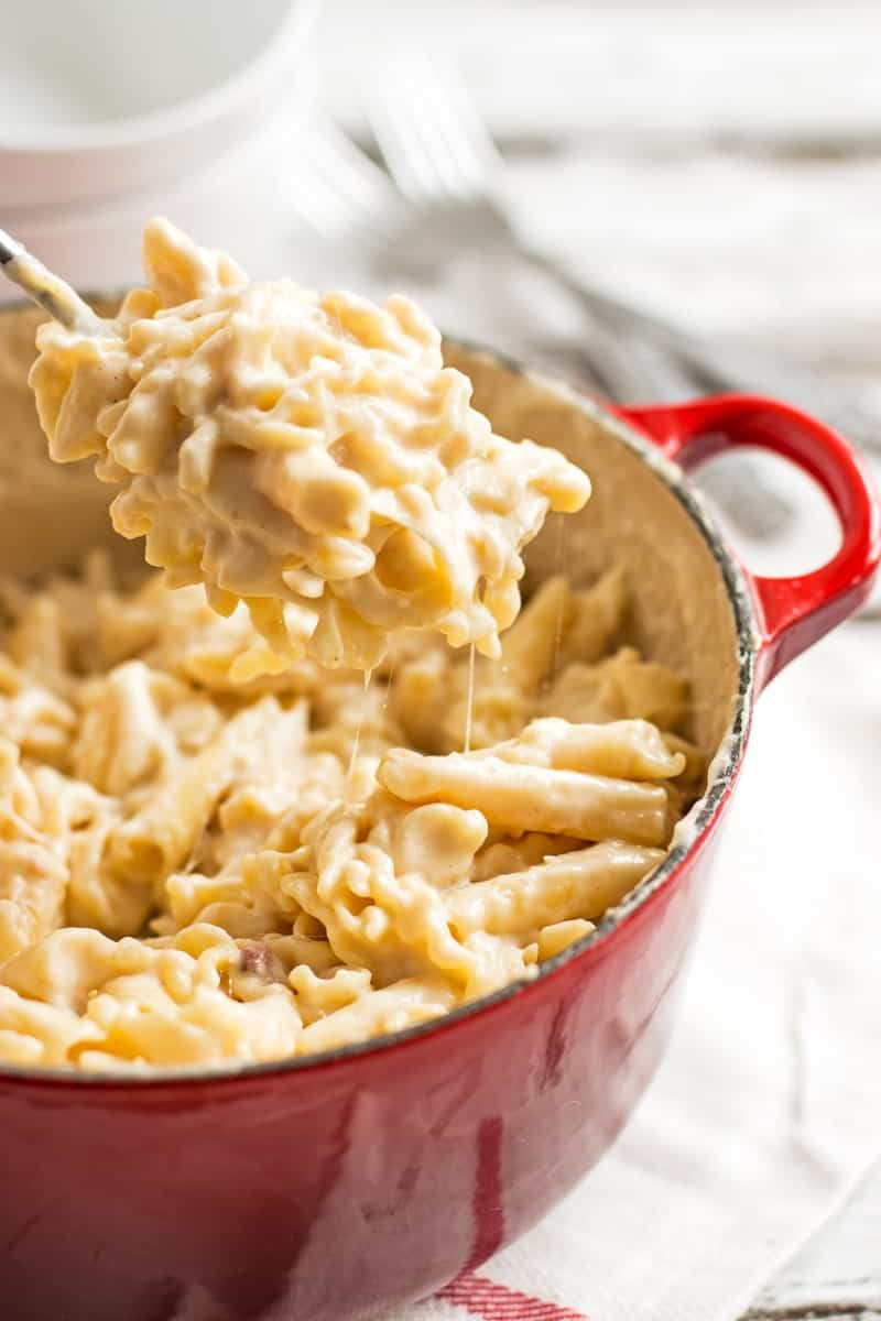 Quick Stovetop Apple Bacon Mac and Cheese - A quick and easy weeknight dinner you can make in one pot! On the table in less than 30 minutes! #cheese #dinner #weeknight #bacon | savorynothings.com