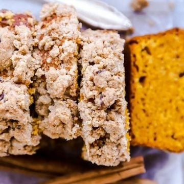 sliced streusel pumpkin bread from the top down