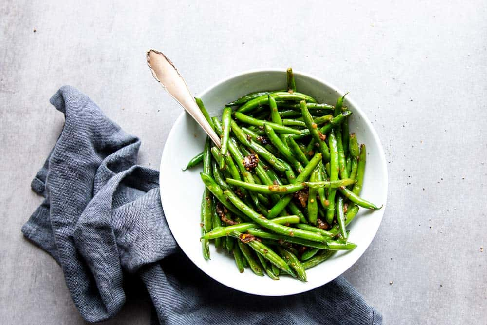 green beans in white bowl