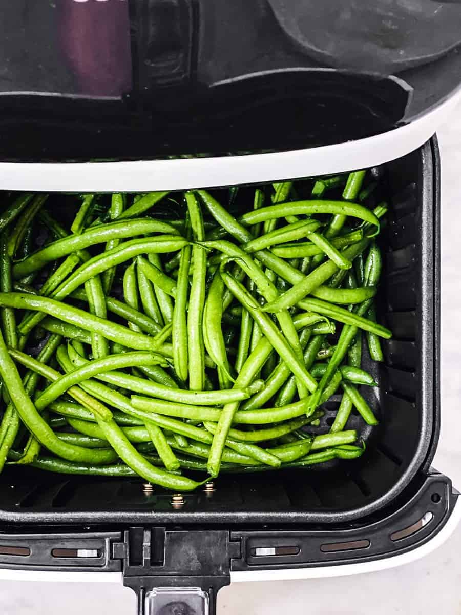 raw green beans in air fryer basket
