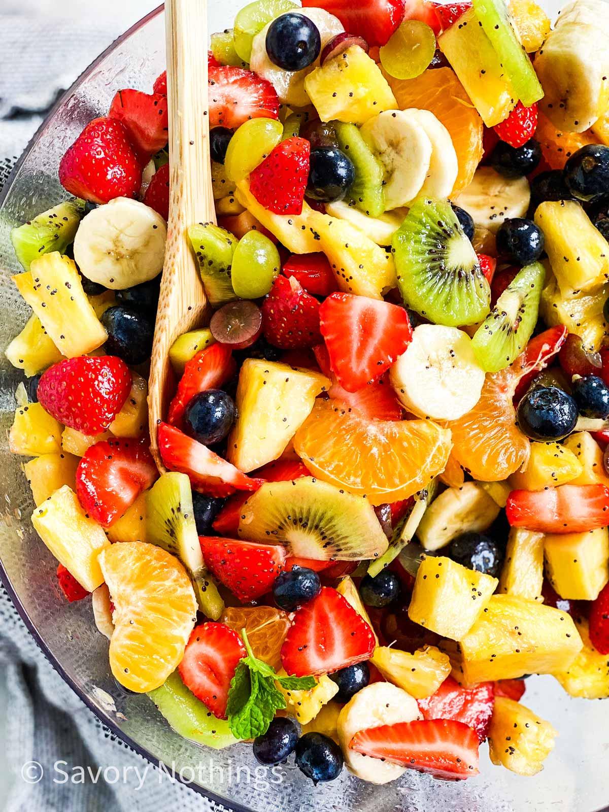 fedjük le fakanállal egy tál friss gyümölcssalátába