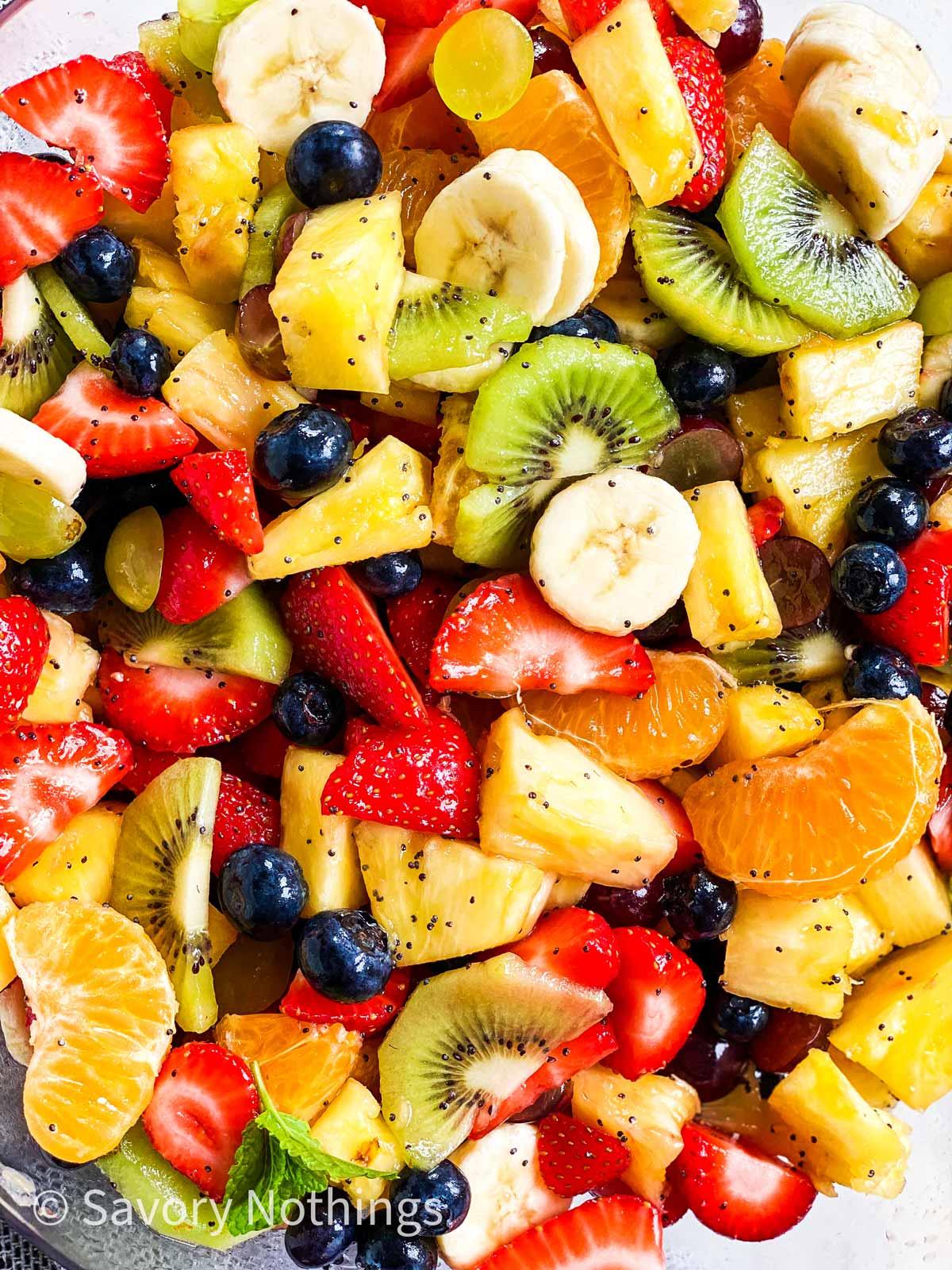 egy friss gyümölcssaláta képe mellett